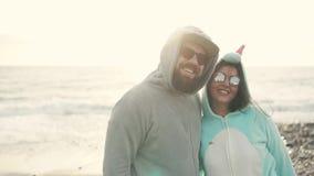 Ritratto di una coppia felice sulla spiaggia archivi video