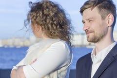Ritratto di una coppia nel prima serata sulle banche del Ne Fotografia Stock Libera da Diritti