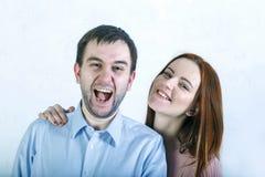 Ritratto di una coppia pazza divertente di amore che si abbraccia fotografie stock