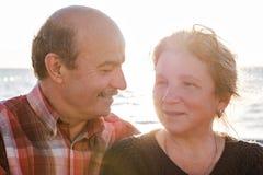 Ritratto di una coppia romantica felice all'aperto Immagini Stock