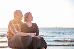 Ritratto di una coppia romantica felice all'aperto Immagini Stock Libere da Diritti