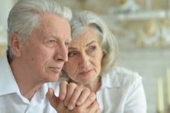 Ritratto di una coppia senior triste a casa Immagini Stock