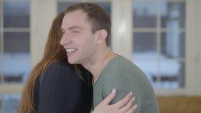 Ritratto di una coppia sposata felice che mostra le chiavi di nuova casa o di un appartamento acquistata alla macchina fotografic archivi video