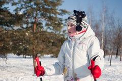 Ritratto di una corsa con gli sci della ragazza Fotografia Stock