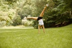 Ritratto di una donna abbastanza sportiva all'aperto Fotografia Stock