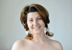 Ritratto di una donna adulta con le spalle nude fotografia stock