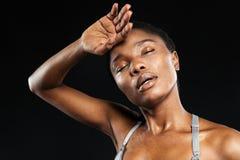 Ritratto di una donna afroamericana che si rilassa dopo l'allenamento di esercizio Fotografia Stock