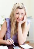 Ritratto di una donna allegra che paga le sue fatture Immagini Stock