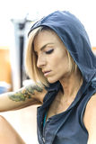 Ritratto di una donna allegra della bionda di forma fisica Fotografia Stock
