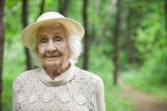 Ritratto di una donna anziana adorabile che sorride all'aperto Fotografia Stock