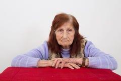 Ritratto di una donna anziana con l'espressione triste del fronte Immagine Stock
