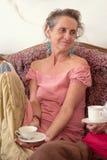 Ritratto di una donna anziana felice con una tazza di tè Immagini Stock Libere da Diritti