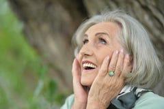 Ritratto di una donna anziana sorridente sveglia Immagine Stock