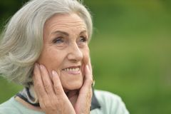 Ritratto di una donna anziana sorridente sveglia Fotografie Stock Libere da Diritti