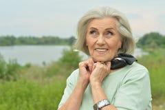 Ritratto di una donna anziana sorridente sveglia Immagini Stock