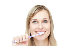 Ritratto di una donna attraente che pulisce i suoi denti Fotografie Stock