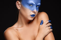 Ritratto di una donna che è coperta di pittura blu immagine stock libera da diritti