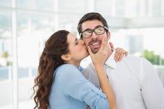 Ritratto di una donna che bacia il suo collega fotografia stock libera da diritti