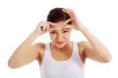 Ritratto di una donna che controlla le sue grinze Fotografia Stock Libera da Diritti