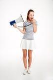 Ritratto di una donna che grida in megafono con gli occhi chiusi Fotografia Stock
