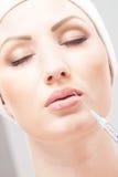 Ritratto di una donna che inietta botox nel suo orlo fotografie stock libere da diritti