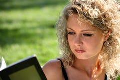 Ritratto di una donna che legge un libro Fotografie Stock Libere da Diritti