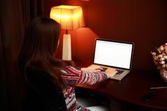 Ritratto di una donna che per mezzo del computer portatile Immagini Stock