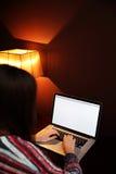 Ritratto di una donna che per mezzo del computer portatile Immagini Stock Libere da Diritti