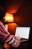 Ritratto di una donna che per mezzo del computer portatile Fotografia Stock Libera da Diritti