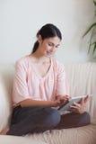 Ritratto di una donna che per mezzo di un calcolatore del ridurre in pani Fotografia Stock