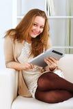 Ritratto di una donna che per mezzo di un calcolatore del ridurre in pani Immagine Stock