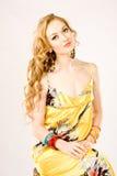 Ritratto di una donna che porta il vestito giallo da estate Immagini Stock