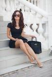 Ritratto di una donna che si siede sui punti Immagine Stock Libera da Diritti