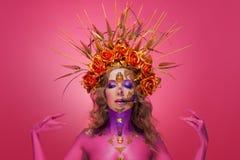 Ritratto di una donna con arte del fronte nello stile del giorno dei morti e della rinascita immagini stock