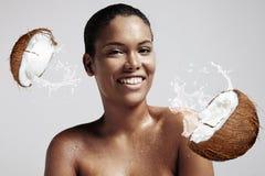 Ritratto di una donna con gocce sulla suoi pelle bagnata e Cochi rotti Fotografia Stock Libera da Diritti
