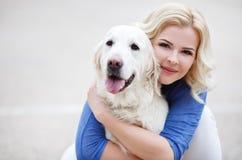 Ritratto di una donna con il bello cane che gioca all'aperto Fotografie Stock Libere da Diritti