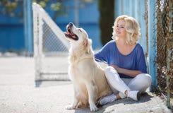 Ritratto di una donna con il bello cane che gioca all'aperto Fotografia Stock Libera da Diritti