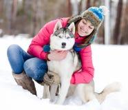 Ritratto di una donna con il suo bello cane che si siede all'aperto Fotografia Stock