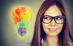 Ritratto di una donna con l'idea luminosa Immagine Stock