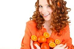 Ritratto di una donna con le arance su bianco Immagine Stock Libera da Diritti