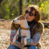 Ritratto di una donna con un cane Fotografia Stock