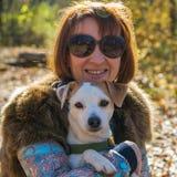 Ritratto di una donna con un cane Fotografie Stock Libere da Diritti