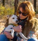 Ritratto di una donna con un cane Fotografie Stock