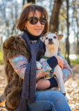 Ritratto di una donna con un cane Immagini Stock