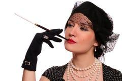 Ritratto di una donna con un supporto di sigaretta. Immagini Stock
