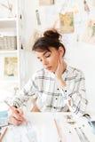 Ritratto di una donna creativa dello stilista che lavora all'officina immagine stock libera da diritti