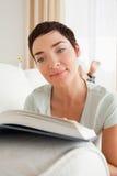 Ritratto di una donna dai capelli corti che legge un libro Immagini Stock