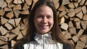 Ritratto di una donna davanti alla catasta di legna stock footage