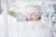 Ritratto di una donna di affari che fa una telefonata Fotografie Stock Libere da Diritti