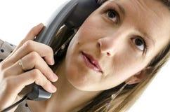 Ritratto di una donna di affari che per mezzo di un microtelefono del telefono immagini stock libere da diritti